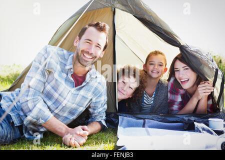 Portrait smiling family in tent Banque D'Images