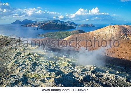 Gran Cratere (Le Grand Cratère) et vue de Lipari et Salina, l'île de Vulcano, Iles Eoliennes, Sicile, Italie Banque D'Images