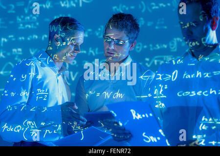 Les scientifiques avec des projections de données mathématiques Banque D'Images
