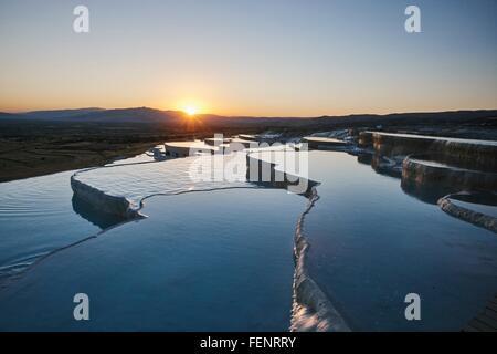 Terrasses de source chaude au coucher du soleil, Pamukkale, Anatolie, Turquie Banque D'Images