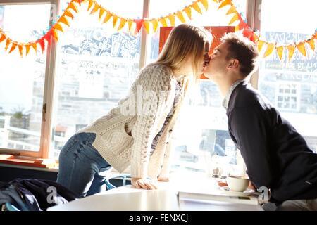 Couple romantique en plus de cafe table Banque D'Images