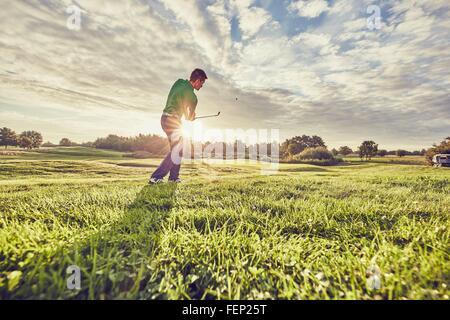 Jouer au golf golfeur sur le cours, Korschenbroich, Düsseldorf, Allemagne