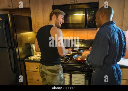 Homme couple dans la cuisine, ce qui fait du petit déjeuner
