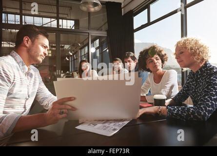Heureux et réussi de l'équipe de collègues réunis pour élaborer des plans d'affaires Banque D'Images