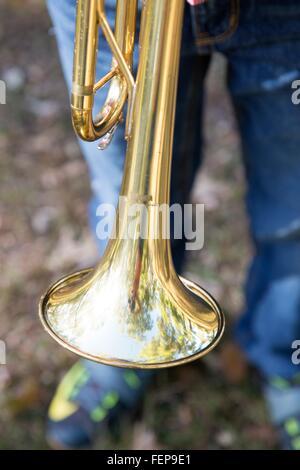 Cropped shot of boy jambes et trompette Banque D'Images