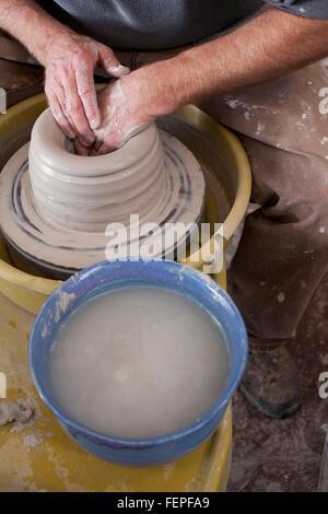 Portrait Portrait de potiers mains shaping clay pot sur roue de poterie