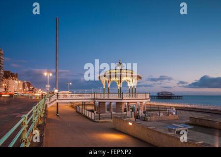 Soirée au kiosque sur le front de mer de Brighton, East Sussex, Angleterre. Banque D'Images