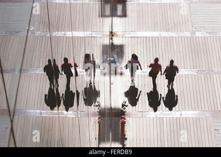 Les Amis de la marche par l'édifice de verre Banque D'Images