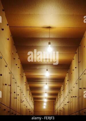 Rangée d'ampoules lumineuses au plafond suspendu Banque D'Images
