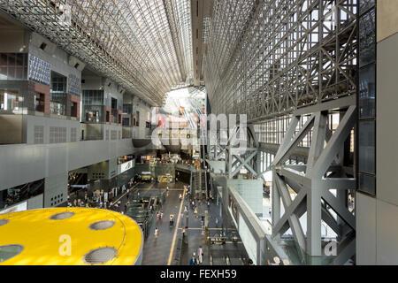 Vue Mezzanine de la longueur de l'atrium à la gare de Kyoto, une merveille architecturale et un attrait touristique Banque D'Images