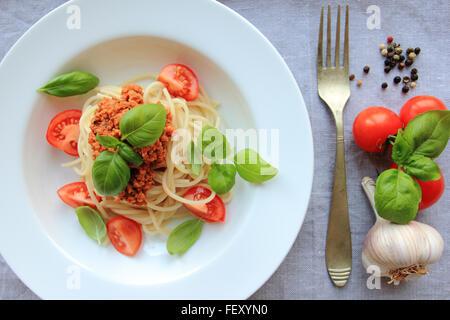Les pâtes spaghetti avec sauce bolognaise basée sur la viande avec le basilic on white plate Banque D'Images