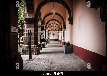 Une scène de rue pittoresque dans la charmante ville de San Miguel de Allende, Mexique