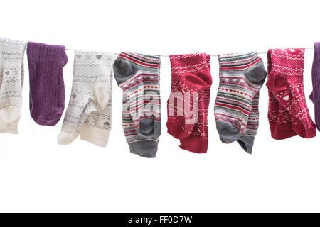 Divers chaussettes colorées suspendu à un fil Banque D'Images