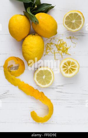 Tranches de citron et le zeste Banque D'Images