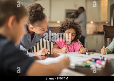 Mère et enfants dimensions dans la cuisine Banque D'Images