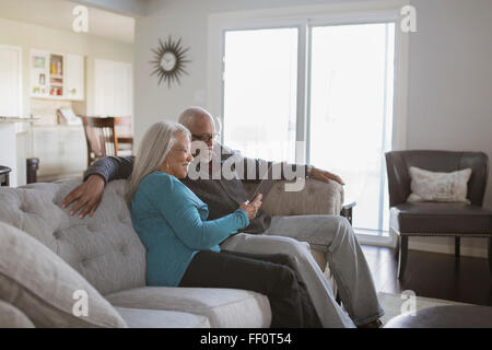 Vieux couple on sofa Banque D'Images