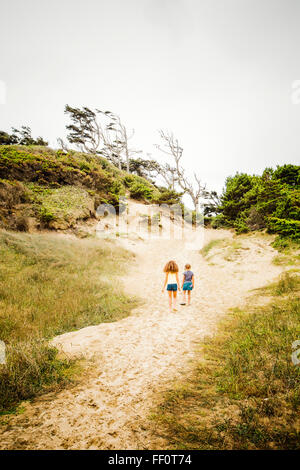 Mixed Race girl walking on beach Banque D'Images