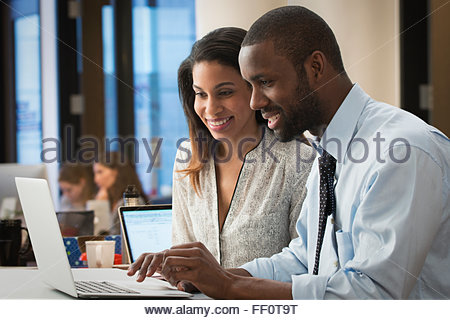 Business people using laptop in office Banque D'Images