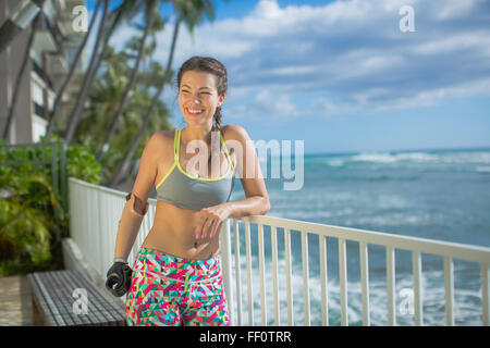 Mixed Race athlète amputé smiling outdoors