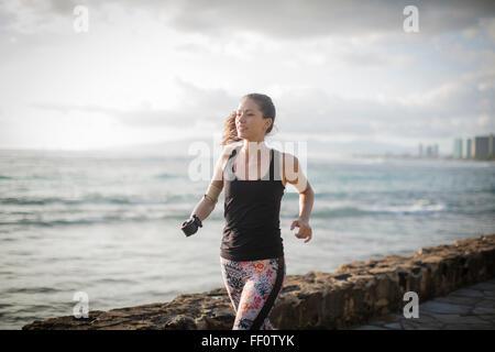 Mixed Race athlète amputé jogging le front urbain