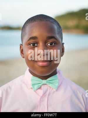 Black Boy wearing Bow tie en plein air Banque D'Images