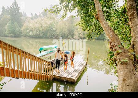 Comité permanent de la famille sur un quai dans le lac