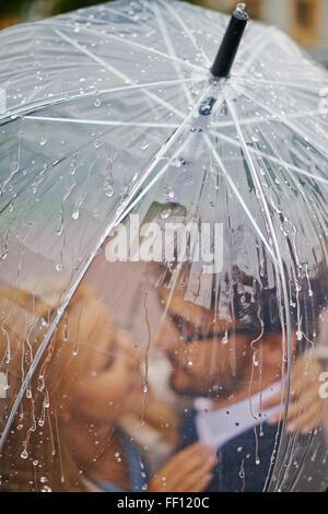 En vertu de l'article Saint-valentin romantique sous la pluie parapluie Banque D'Images