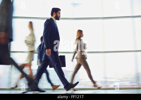 Foule de gens d'affaires moderne marcher down corridor Banque D'Images