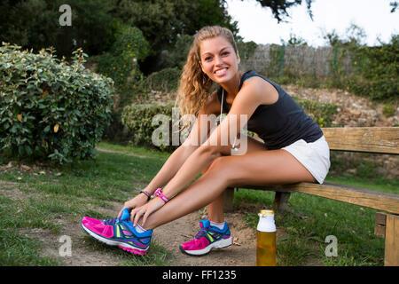 Caucasian woman lier à l'extérieur de la chaussure Banque D'Images