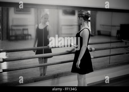 Caucasian ballerina debout à barre Banque D'Images