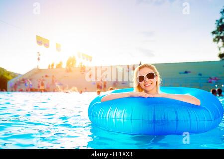 Woman in pool. L'été ensoleillé et de l'eau. Banque D'Images