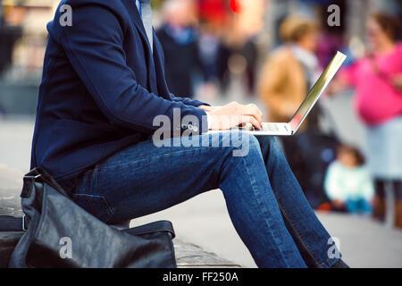 Méconnaissable manager working on laptop sur Piccadilly C bondé Banque D'Images