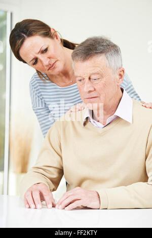 Confused Senior Man avec sa fille adulte à la maison Banque D'Images