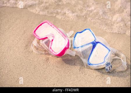 Paire de lunettes de couleur pour la plongée sur le sable Banque D'Images