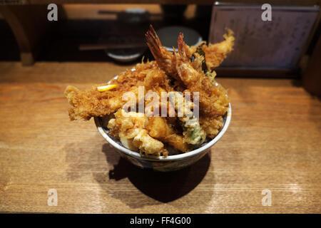 Un bol de tendon (tempura sur du riz) au restaurant du tendon Kaneko Hannosuke Nihonbashi, Tokyo Banque D'Images