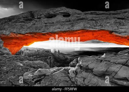 Lever du soleil à Mesa Arch dans Canyonlands. Vintage: traitement noir et blanc sur rouge Banque D'Images
