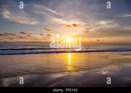 Coucher du soleil sur la plage de Patong. L'île de Phuket. La Thaïlande.