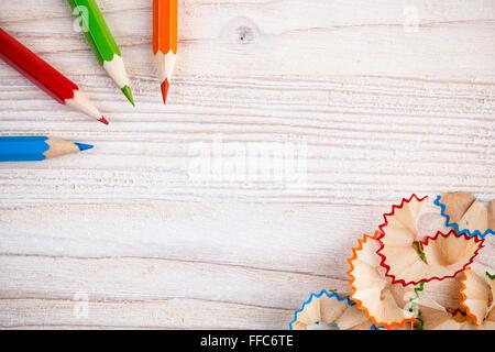 Crayons de couleur et les copeaux sur fond de bois léger avec place pour le texte Banque D'Images