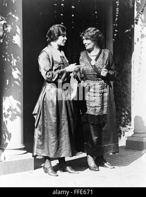 ALICE PAUL (1885-1977). /NAmerican réformateur social et fondateur de la National Women's Party. Paul (à gauche) a photographié avec la militante des droits de la femme Emmeline Pethick-Lawrence à Washington, D.C., c1915.
