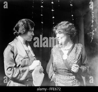 ALICE PAUL (1885-1977). /NAmerican réformateur social et fondateur de la National Women's Party. Paul (à gauche) conversant avec British women's rights activist Emmeline Pethick-Lawrence à Washington, D.C., c1915.
