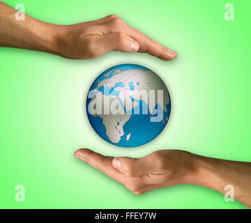 Deux mains en position pour protéger la terre. Concept de protection et de conservation