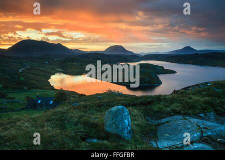 Un lever du soleil capturé à la fin octobre, à partir de la chambre au-dessus de la rive nord du Loch Inchard, près Banque D'Images
