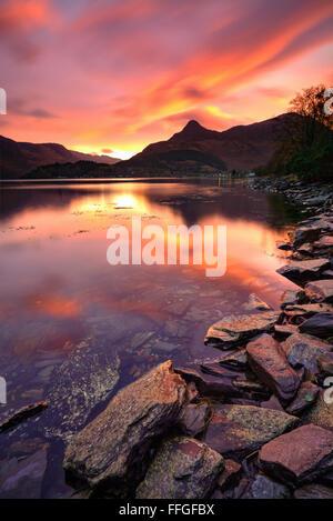 Le Pap of Glencoe dans les Highlands écossais, reflétée dans le Loch Leven au lever du soleil au début de novembre. Banque D'Images