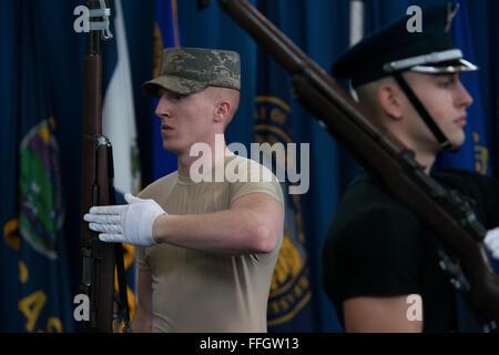 Le s.. Alexander Wilson, l'équipe de forage sous-officier responsable de la formation, jette un fusil lors d'une Banque D'Images