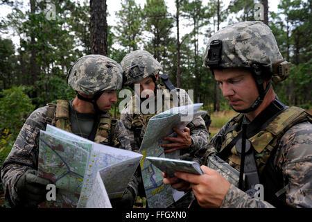 Le major Christopher Wright, gauche, 1er lieutenant Bradley Dewees, centre, et le Capitaine Tyler Harman vérifier leur emplacement sur leurs cartes lors d'une mission d'évaluation de préparation au combat à Fort Bragg, N.C. Les aviateurs sont les agents de liaison de l'air affecté à la 14e ASOS
