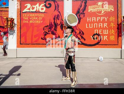 Los Angeles, Californie, USA. Feb 13, 2016. Un homme effectue au cours d'une célébration pour la promotion de la Chine et les Etats-Unis 2016 Année du tourisme à Universal Studios Hollywood à Universal City, Los Angeles, Californie, le 13 février 2016. Les Universal Studios Hollywood en collaboration avec le consulat général de Chine à Los Angeles et l'Office national de la Chine à Los Angeles a célébré l'année du singe et promu la Chine et les Etats-Unis 2016 Année du tourisme à Universal Studios Hollywood le samedi. Credit: Chaoqun Zhang/Xinhua/Alamy Live News