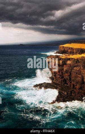 Les vagues déferlent contre les falaises volcaniques sur l'extrême sud de la point aux États-Unis à South Point et la grande île d'Hawaï.