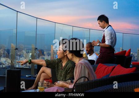 Red Sky Bar toit. Bangkok. La Thaïlande. Au dernier étage de l'Centara Grand gratte-ciel du centre-ville. Voir le Banque D'Images