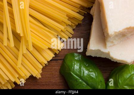 La cuisine italienne, différents types de pâtes, y compris le fromage parmesan spaghetti Banque D'Images