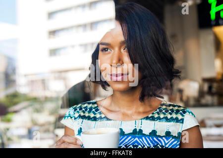 Mixed Race woman prend une pause-café Banque D'Images